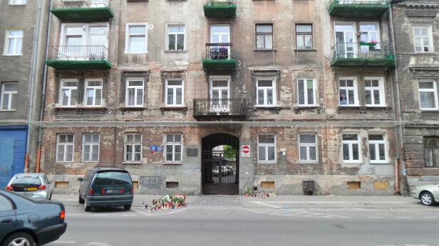 Kwiaty i znicze przed kamienicą Lech Marcinczak / tvnwarszawa.pl