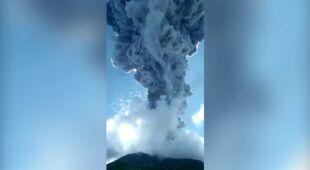 Erupcja wulkanu i deszcz okruchów skalnych w Indonezji